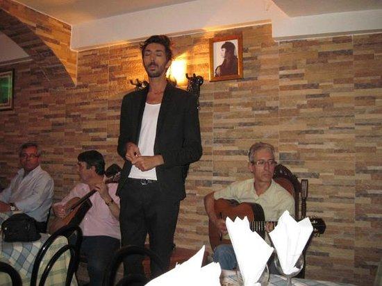 Restaurante Esquina de Alfama : Ricardo Mesquita performing at the Esquina de Alfama
