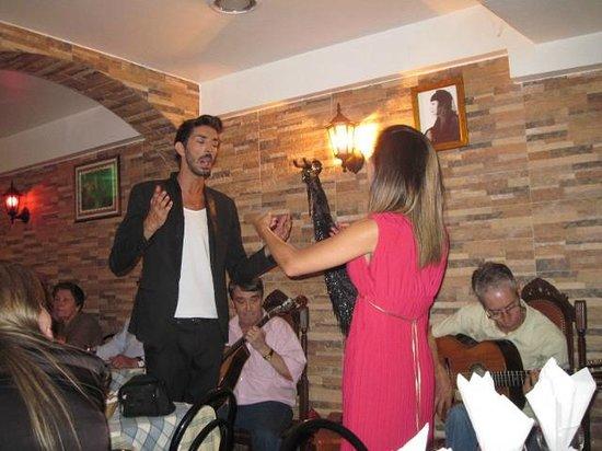 Restaurante Esquina de Alfama : Ricardo Mesquita and Cátia Garcia performing at the Esquina de Alfama