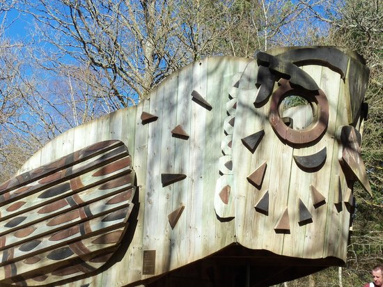 Alice Holt Forest : Wooden old sculpture that children climb on