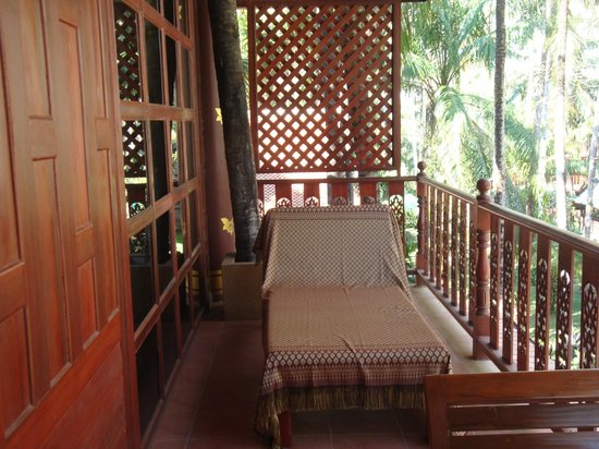 Royal Phawadee Village : lounger on the balcony, also has table and 2 chairs and clothes airer