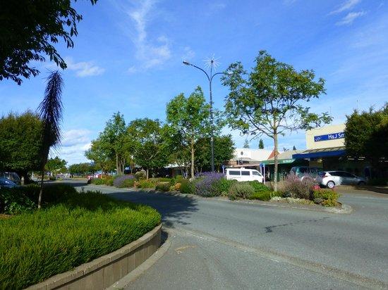 """Distinction Luxmore Hotel: Die """"Hauptstraße"""" Town Centre in Te Anau, ggü. vom Hotel"""