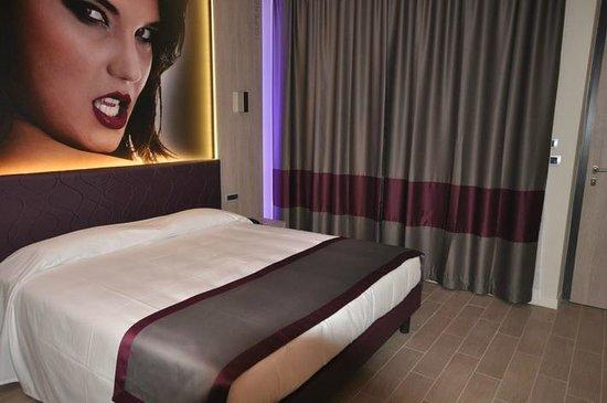 Hotel Motel Camelia: Camera color