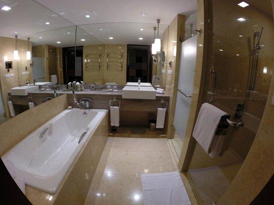 Fairmont Makati: Bathroom