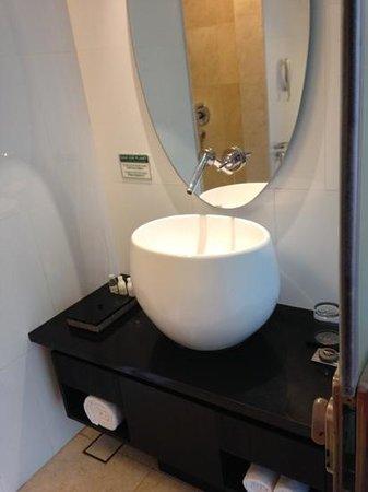 Padma Hotel Bandung: bathroom