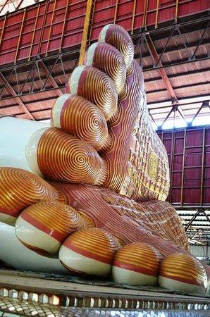 Chaukhtatgyi Buddha : feet