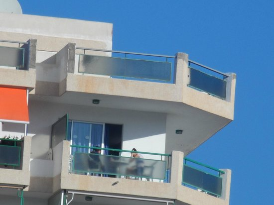 Comodoro Apartments: balcony from down by the market