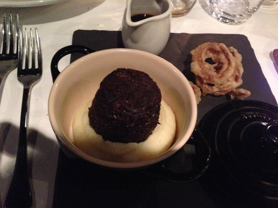 Stockbridge Restaurant: Braised ox cheek with horse radish creamed potato, onion rings and jus