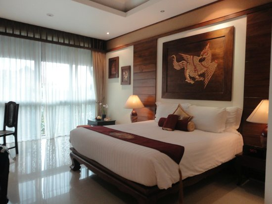 Kodchasri Thani Chiang Mai: Our beautiful bedroom, silk slippers and dressing gowns provided