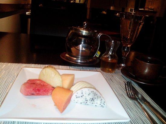 Thai on 4: lemon tea with Thai mixed fruits.