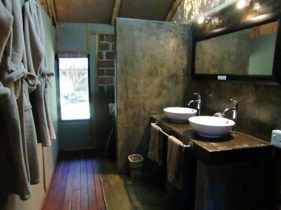 Camp Nkwazi: Open bathroom style