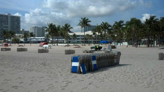 Lago Mar Resort and Club : Large beach, chair rentals