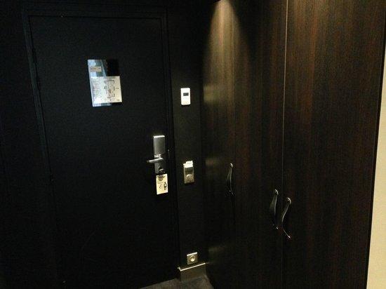 Hôtel Eugène en Ville : Ingresso/armadio
