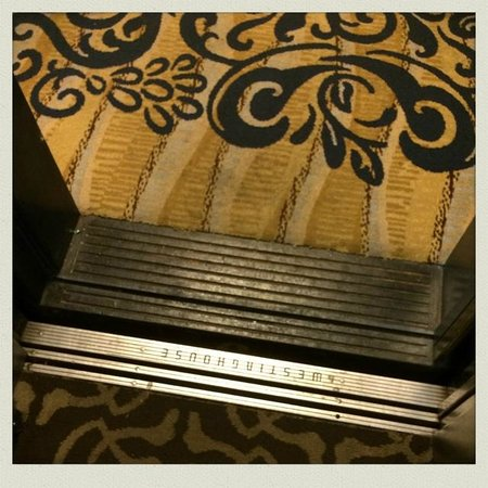 Hotel Phillips: Elevator