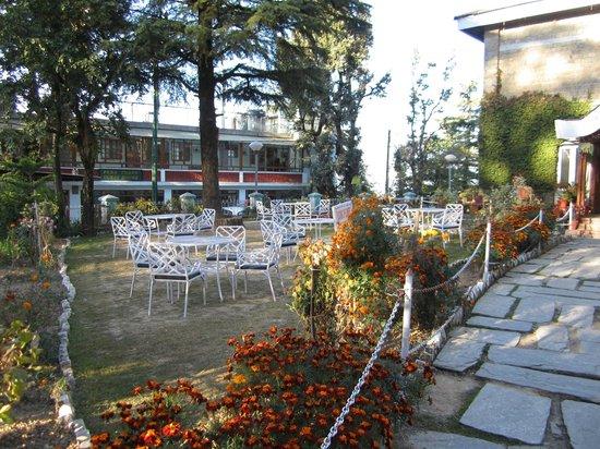 Hotel Bhagsu - HPTDC: outside sitting area of the hotel