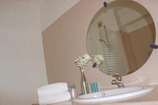 Hôtel Europa : Salle de bain chambre supérieure vue piscine