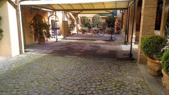 Hotel Santa Maria: Entrada. A bicicleta traduz o clima