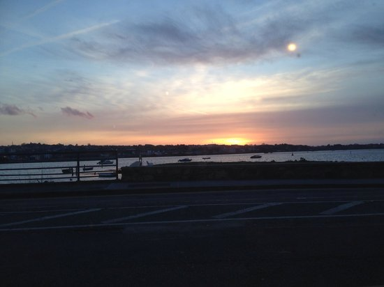 Riverbank House Hotel: Sunset over the harbour from the restaurant