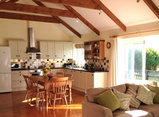 Pollaughan Holiday Cottages: Willows Kitchen and Living Space