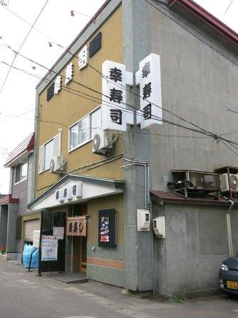 Kozushi: この周辺はお寿司屋さんが集まっています