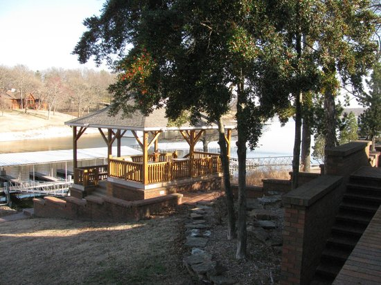Candlewyck Cove Resort: This is the gazebo with an inlet of the lake behind it.