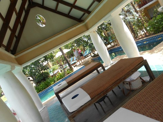 Phuket Graceland Resort & Spa: Massage au bord de la piscine