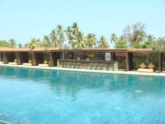 Jetwing Lagoon : swimming pool bar