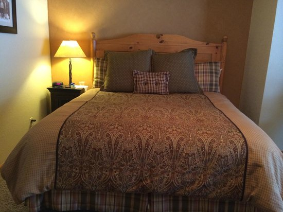 The Inn at Steamboat: Nice comfortable beds and decor.