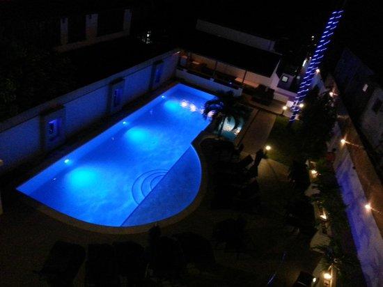 Out of the Blue Resort : La piscine de nuit