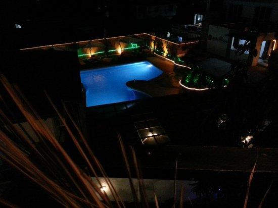 Out of the Blue Resort : La piscine de nuit (vue 2)