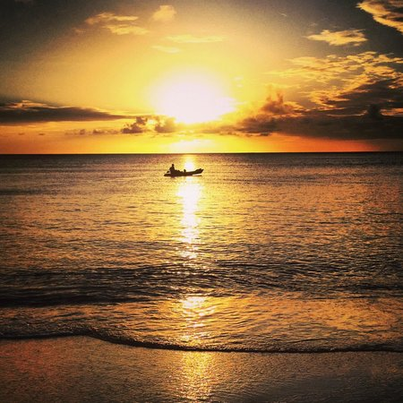 Calabash Cove Resort and Spa: Sunset from beach