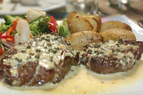 Pizza Christophe: Lomito importado en salsa de pimienta verde
