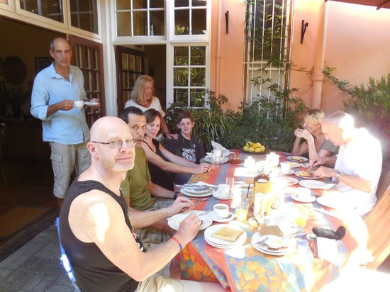 Verona Lodge: Breakfast with other guests and the wonderful hosts'