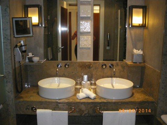 Grande Real Villa Italia Hotel & Spa: une partie de la salle de bains