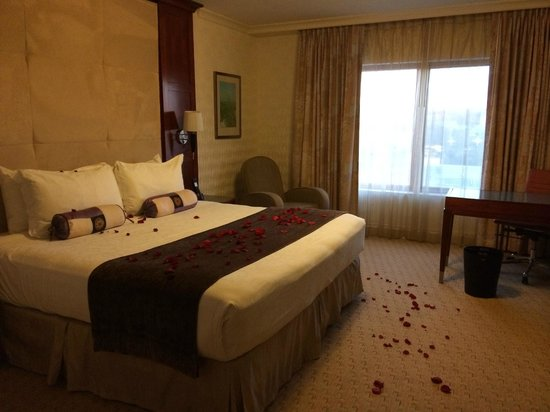 Viana Hotel & Spa, BW Premier Collection: Bed with rose petals