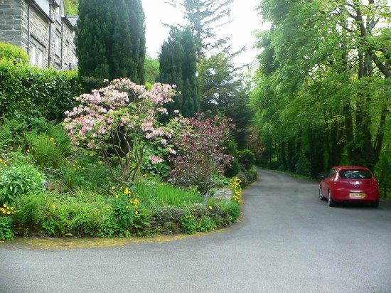 Glyntwrog House: Entrance drive & car park