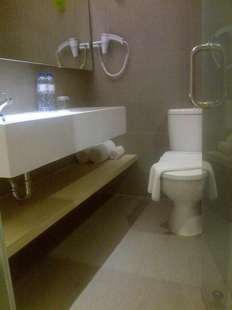 Zuri Express Lippo Cikarang: bathroom