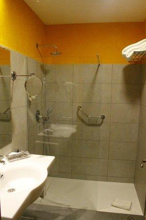 Hotel Becquer: Bathroom & weird shower