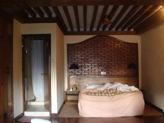 Kantipur Temple House: Bed and bathroom
