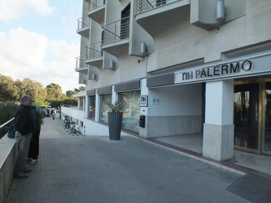 NH Palermo : The hotel enterence