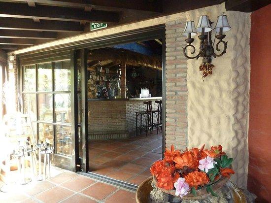 Restaurante La Choza: Miguel at his bar