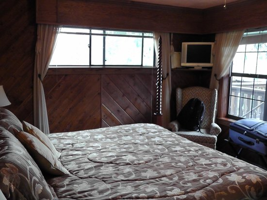 Country Sunshine Bed and Breakfast: River Room