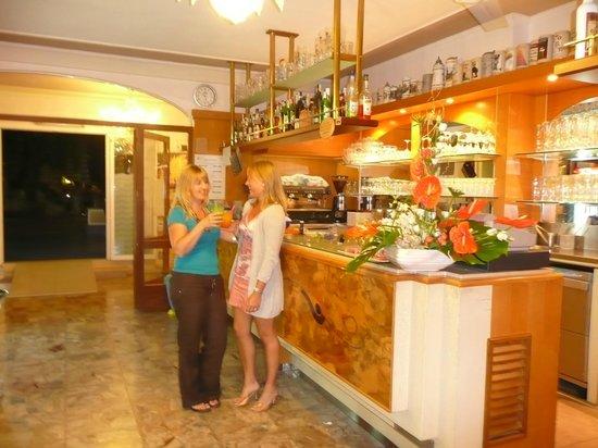 Hotel Maxim : Come amici al bar