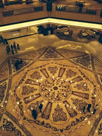 Emirates Palace : looking down at the dome floor