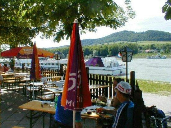 Donau Cycle Path : Relaxing at a Radlertref at the Melk boat landing