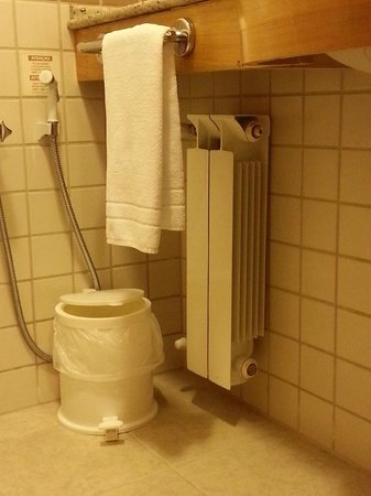 Hotel Laghetto Siena: aquecedor sobre a pia do banheiro