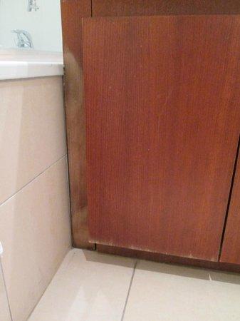 Residhome Courbevoie la Defense: armário da casa de banho