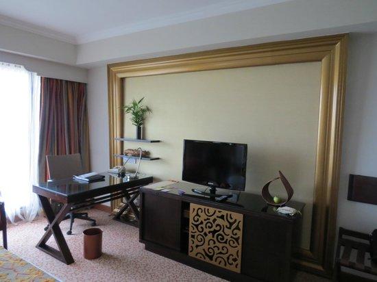 Cinnamon Grand Colombo : Working Desk and TV
