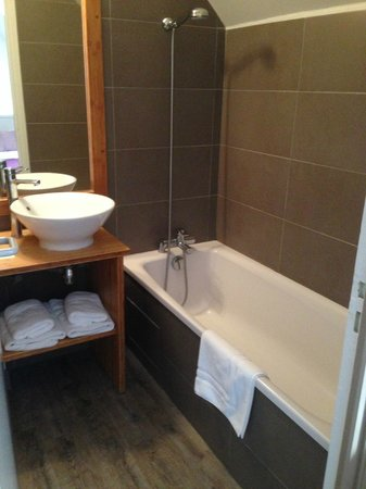 Antares Hotel : Bathroom with no shower curtain ?
