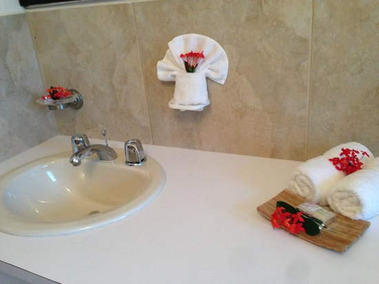 Mango Bay Resort: Welcome flowers decorating the bathroom