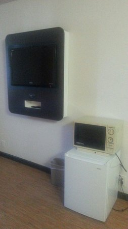 Motel 6 Carson: Tv, fridge and micro